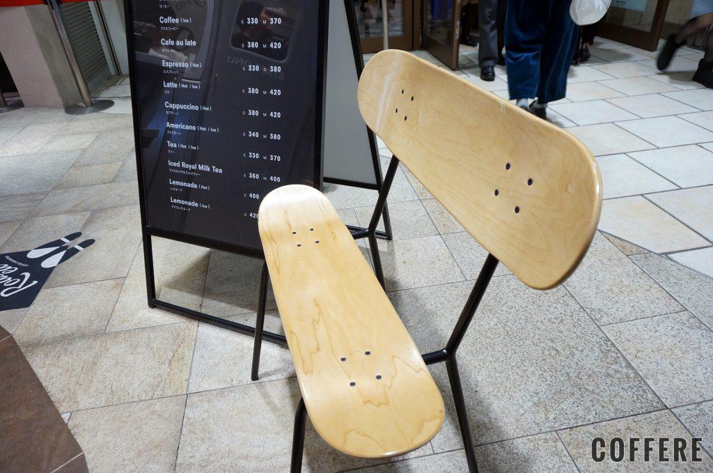 Roasted COFFEE LABORATORY 東急東横店_スケートデッキの椅子