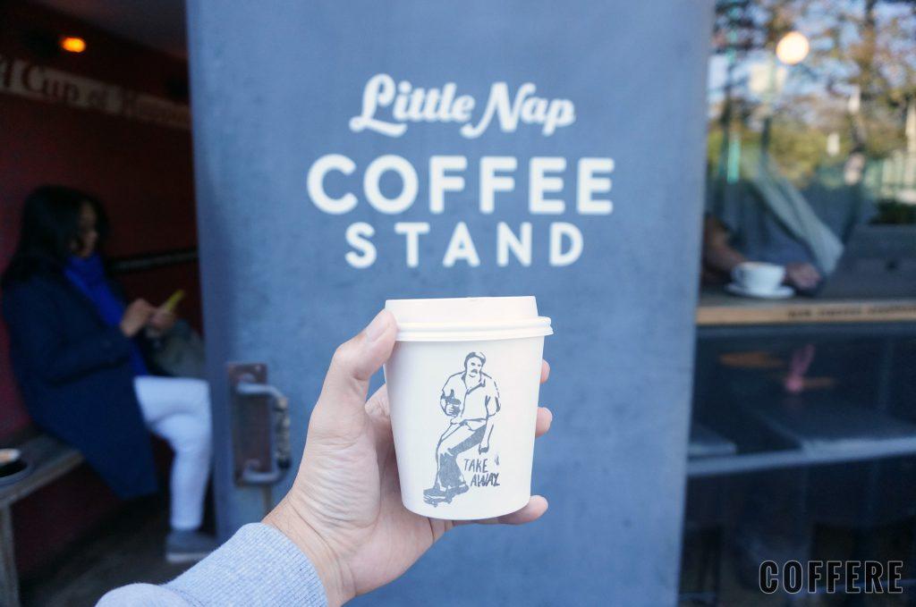 Little Nap COFFEE STANDのロゴとラテのテイクアウトカップ