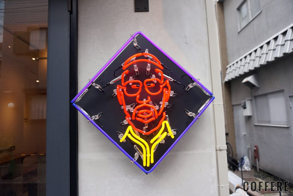 WOSTAND harajuku 入り口のネオン。原宿はこの顔