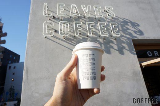 LEAVES COFFEE APARTMENTのカップとロゴネオン