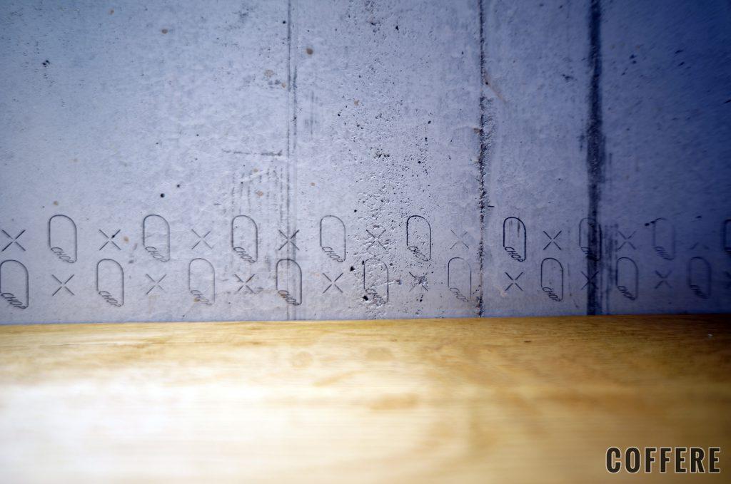CHOP COFFEEの壁はコンクリートの打ちっ放しで、一部にはロゴの模様も