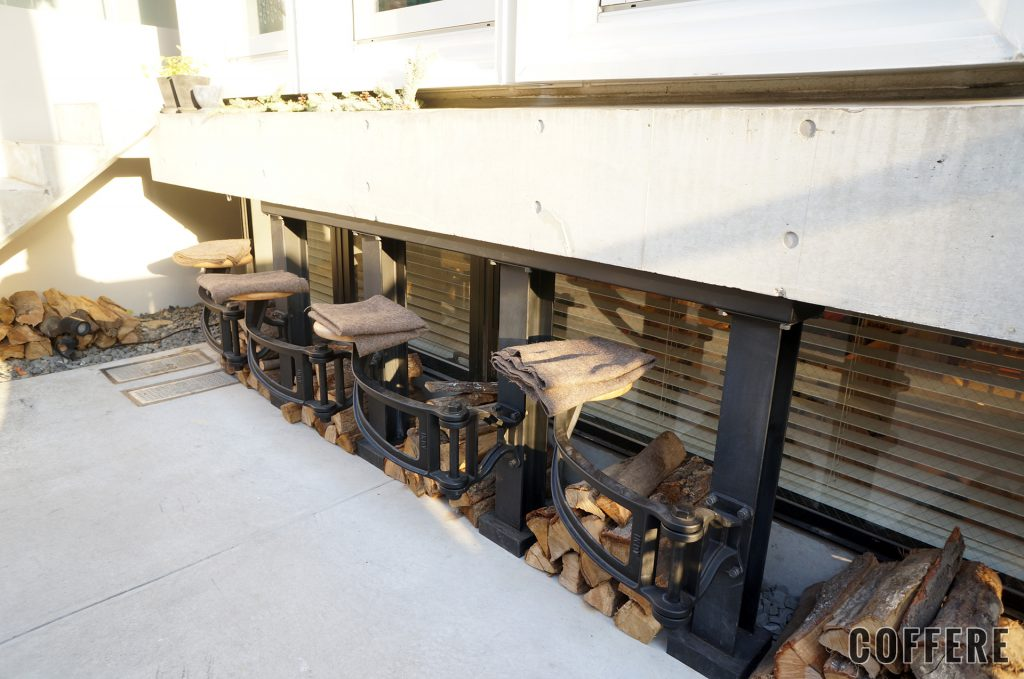 CHOP COFFEEの外にも4つの椅子が