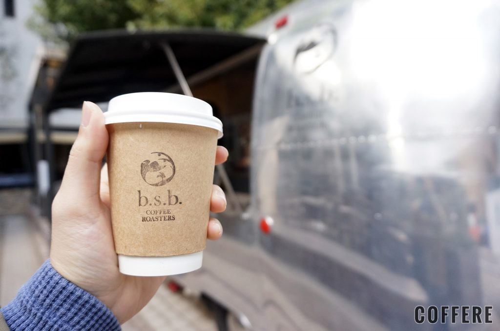 b.s.b. COFFEE ROASTERSのラテを注文