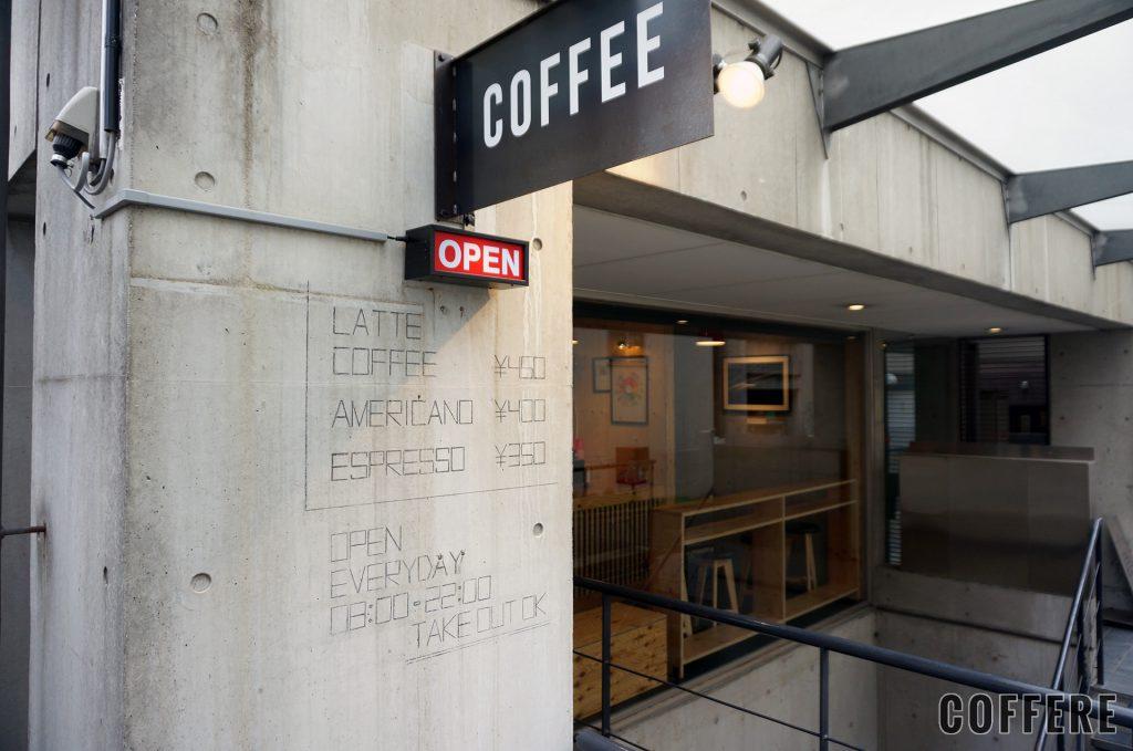 HEART'S LIGHT COFFEEの看板と壁に書かれたメニュー
