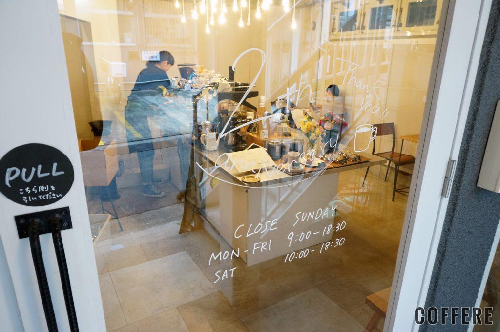 TINTO COFFEEのドアに書かれた2周年記念の文字