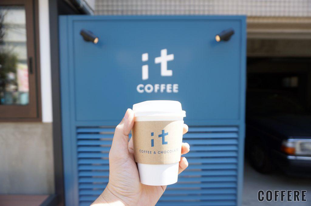 it COFFEEのテイクアウトカップと外のロゴ