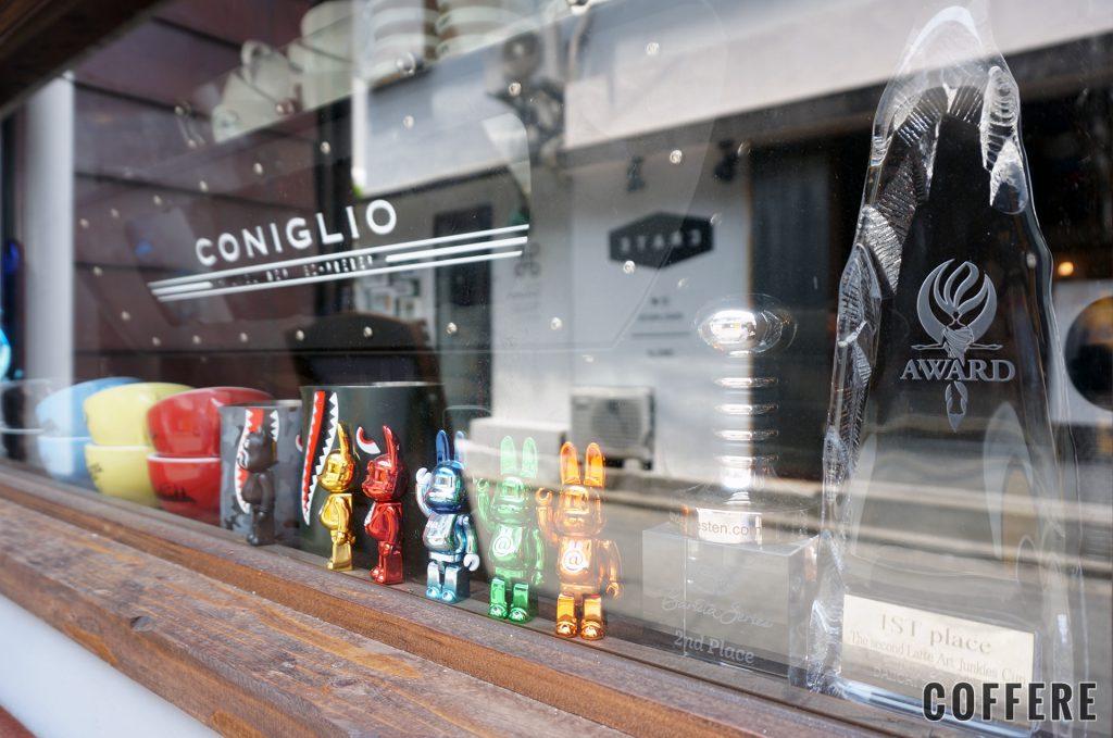 Coniglioの外窓からはラテアートのトロフィーも見える