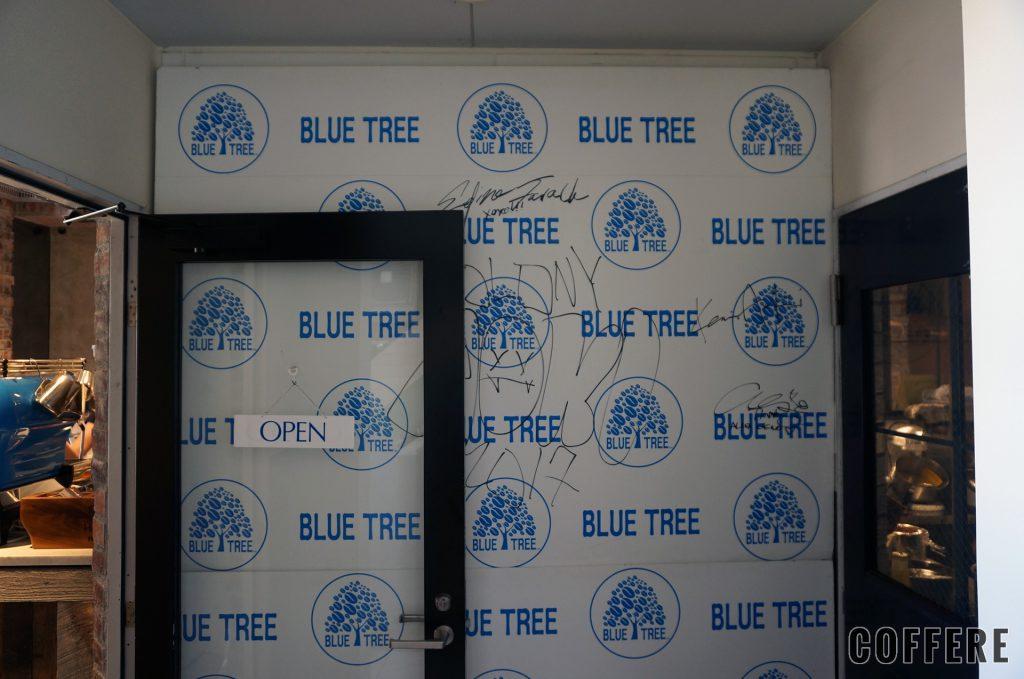 Bluetreeの入り口にはサインが