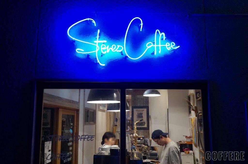 STEREO COFFEEの正面のネオン管