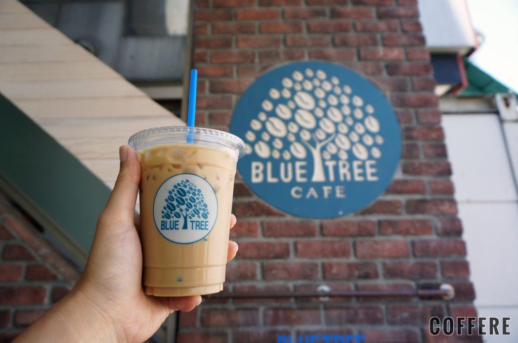 Bluetreeのテイクアウトカップとロゴ