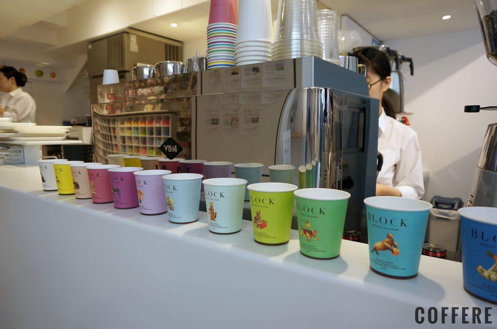 エスプレッソマシンとカラフルなアイス用カップ
