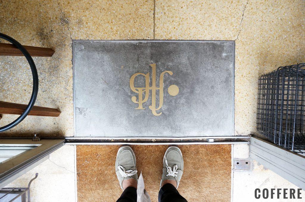 入り口の床にはめ込まれたロゴ