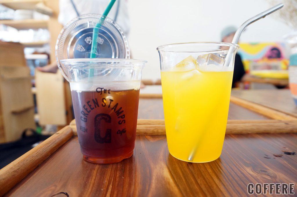 アイスドリンク用のテイクアウトカップと店内用コップ