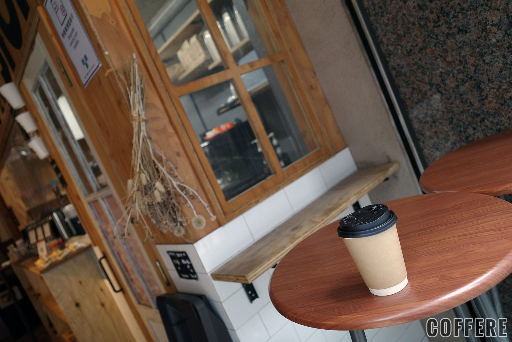 COFFEE PIT STOP店舗とカップ