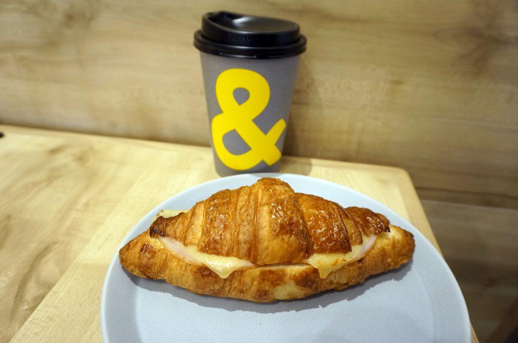 andcoffee_コーヒーとクロワッサン