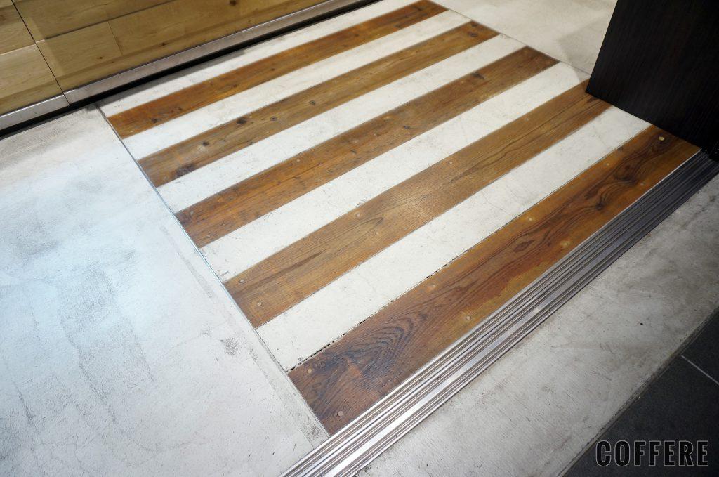 5 CROSSTIES COFEE グランスタ店の床には枕木が埋め込まれている