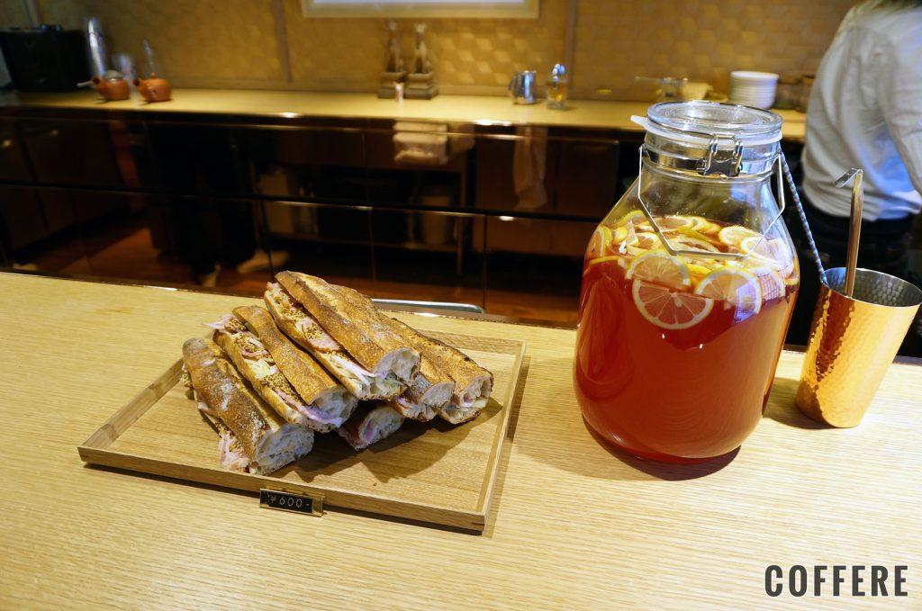 Cafe Kitsuneのサンドイッチとピンクレモネード