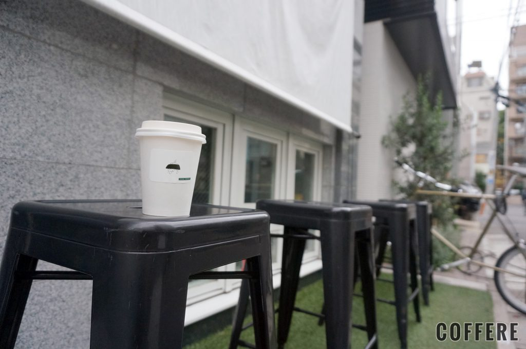 THE LATTE TOKYOの外には座れる椅子が4つ