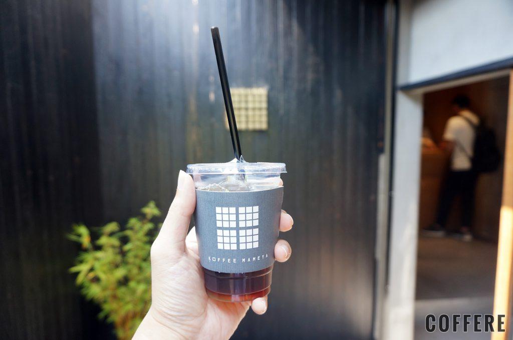 KOFFEE MAMEYAのアイスコーヒーと入り口のロゴ