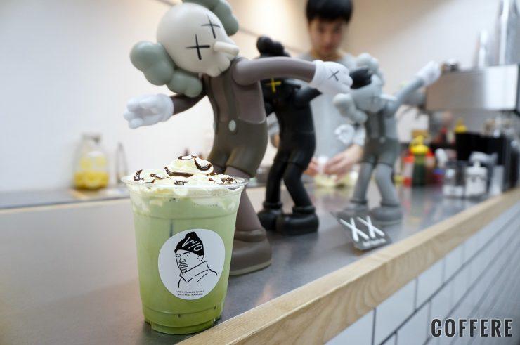 W/O STAND SHIMOKITAの抹茶マスカルポーネとKAWSのフィギュア
