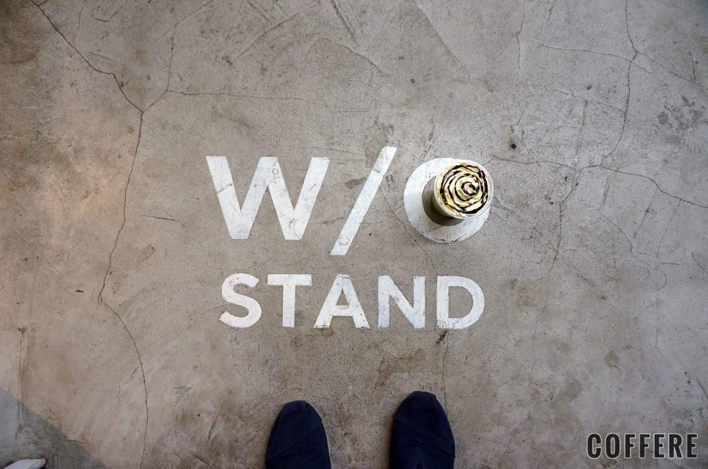 W/O STAND SHIMOKITAの床ロゴ