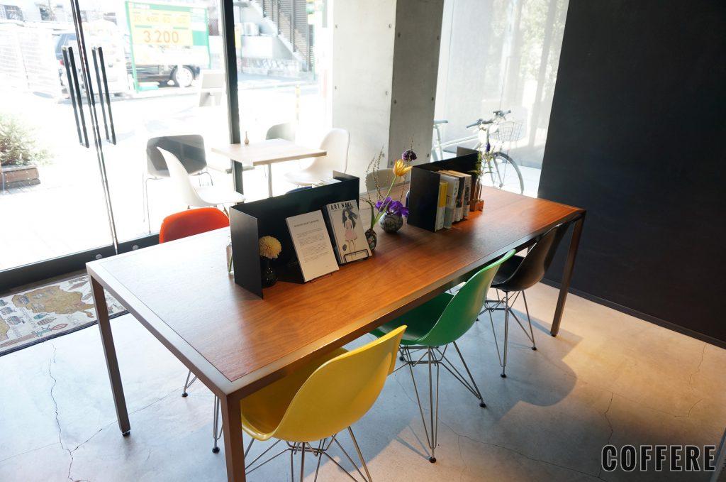 私立珈琲小学校の店内テーブル