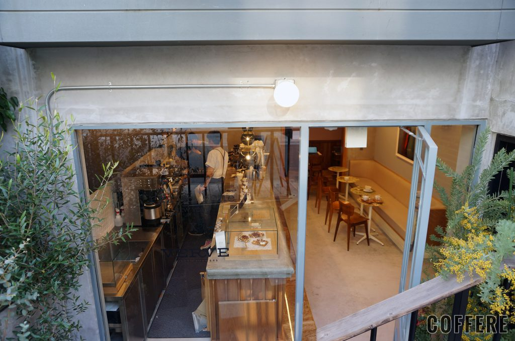 rag & bone X Verve Coffee Roastersの外から見た店内