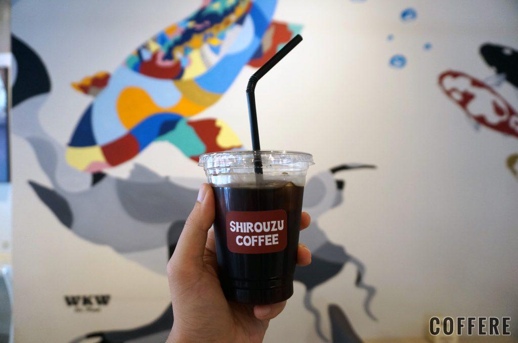 SHIROUZU COFFEE 警固店のアイスコーヒーと壁アート