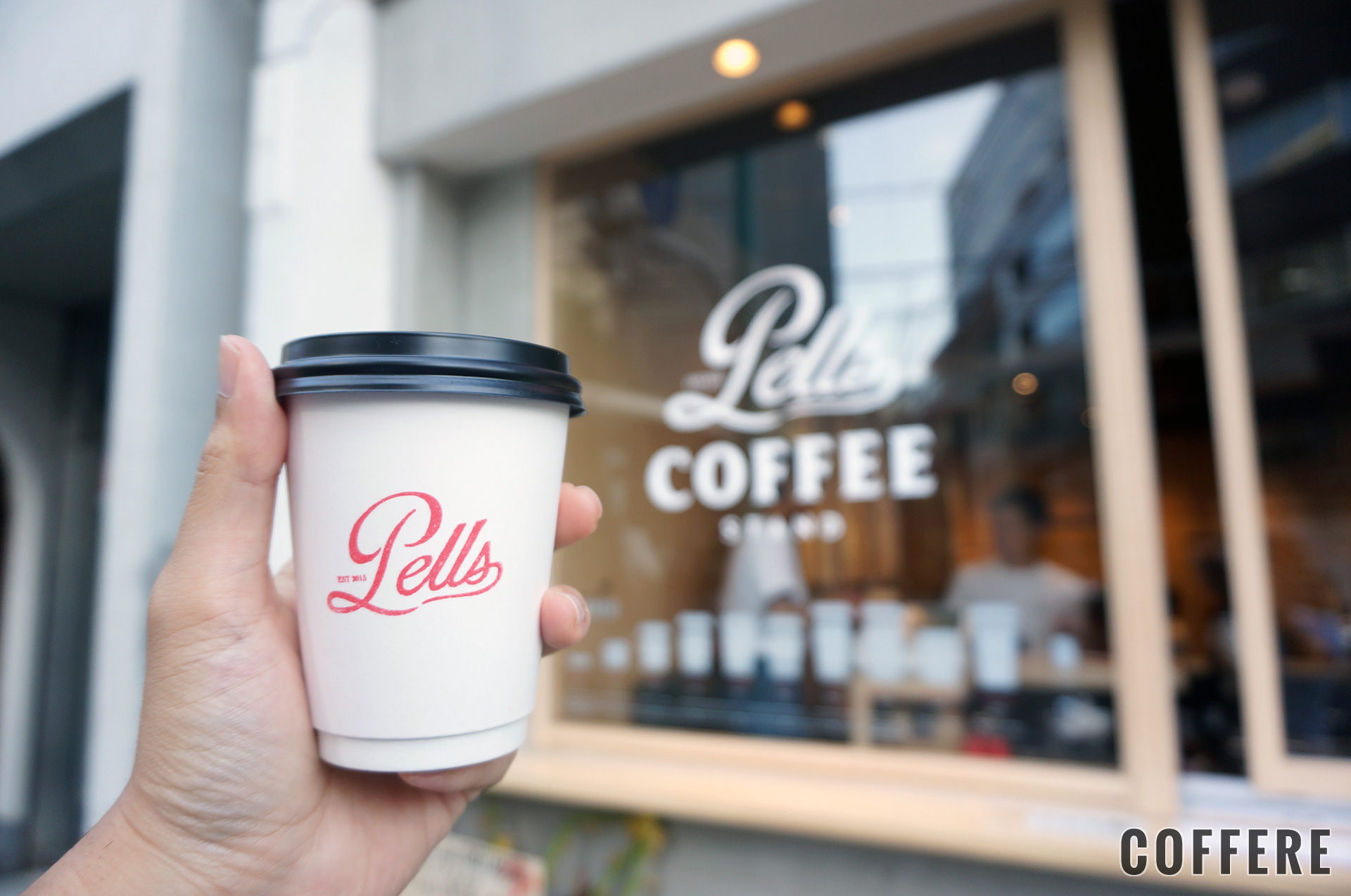 PELLS COFFEE STANDのテイクアウトカップとカウンター