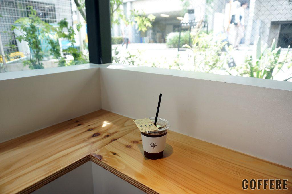 GLITCH COFFEE BREWEDのテーブルと席から見える景色