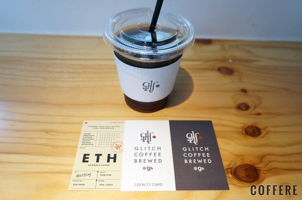 GLITCH COFFEE BREWEDのテイクアウトカップとショップカード
