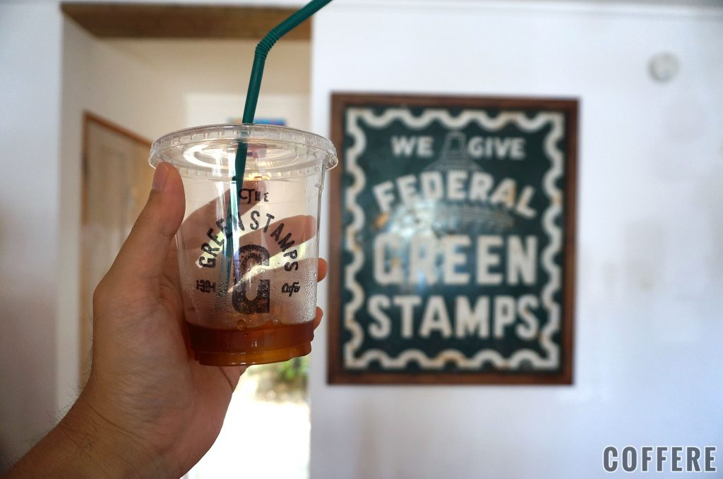 THE GREEN STAMPS CAFEのアイスコーヒーと看板