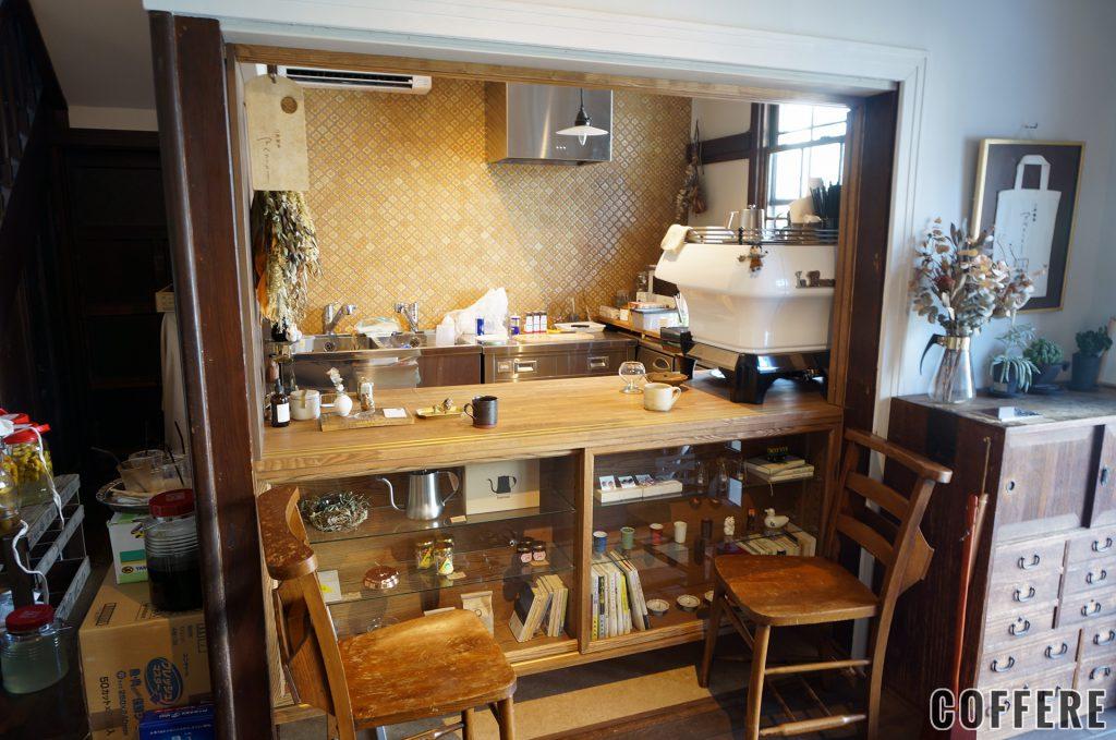 二坪喫茶アベコーヒーのカウンターと椅子