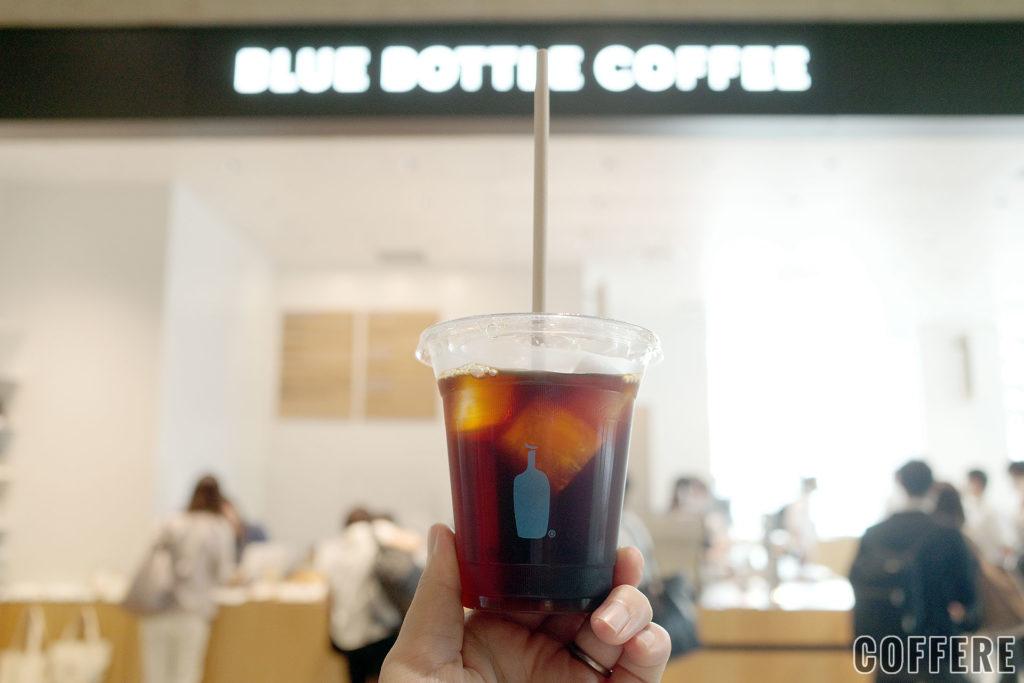BLUE BOTTLE COFFEE 竹芝カフェ入り口とコーヒー