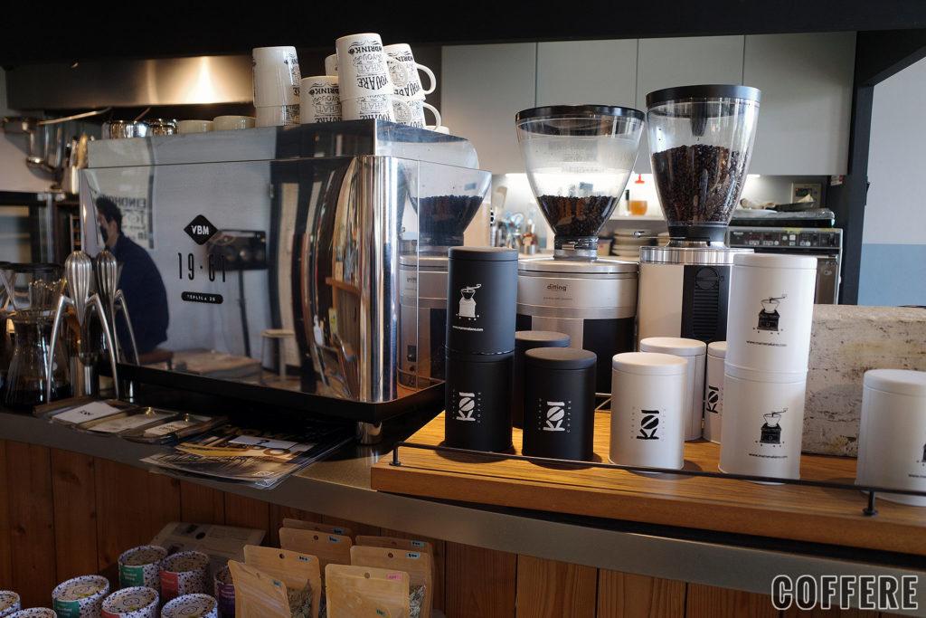 PIE&COFFEE mamenakanoのエスプレッソマシンとキャニスター缶