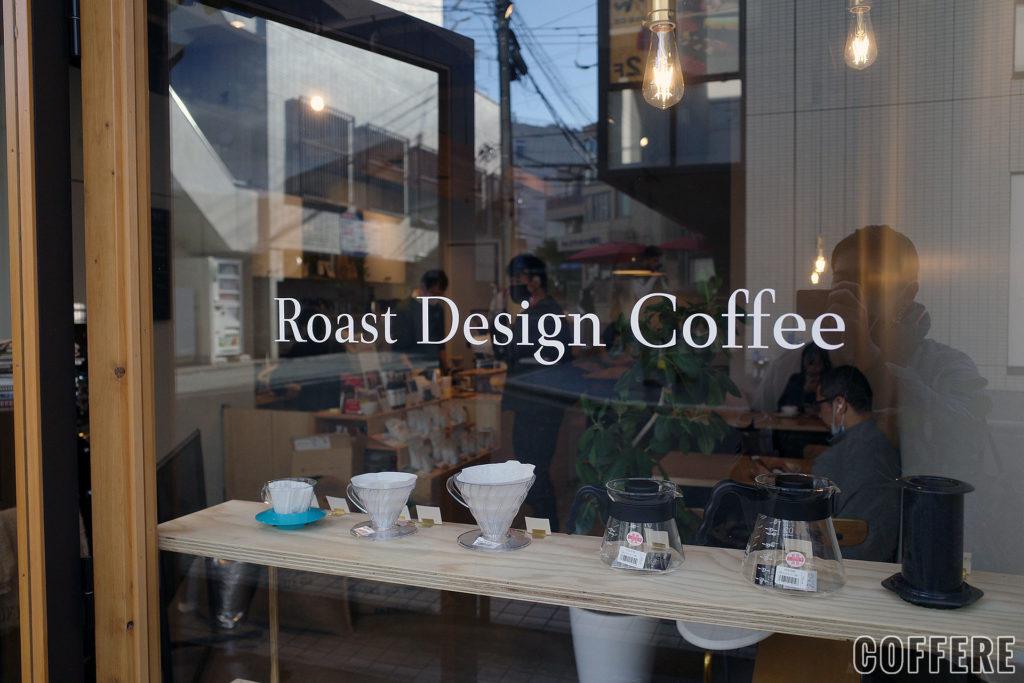 ガラスに書かれたRoast Design Coffeeロゴ
